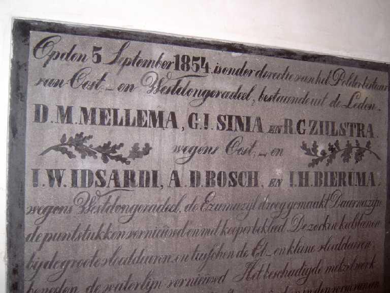 Gedenkstenen in kelder van gemaal te Ezumazijl