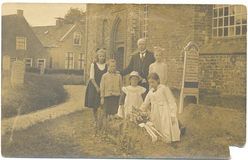 Omgong te Ee in 1919. Op de voorgrond ds. Obe Groenewoud. Op de achtergrond links het geboortehuis van Foeke Sjoerds