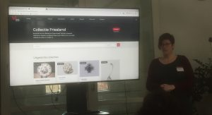 Nynke Kuipers van Museumfederatie Fryslân demonstreert de digitale collectie van Friese musea op Museum.frl