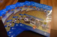 Historisch plaatjesalbum van Noordoost-Friesland  aangeboden aan burgemeester Kramer