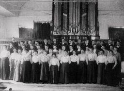 Groepsfoto in kerk via Bouma