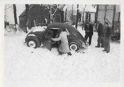 Auto vast in de sneeuw te Ee/Tibma