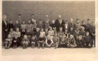 Wie herkent leerlingen van een schoolklas te Ee, ca. 1954 ?